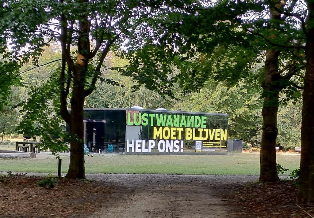Lustwarande moet blijven, Help ons, Grote letters op Grotto